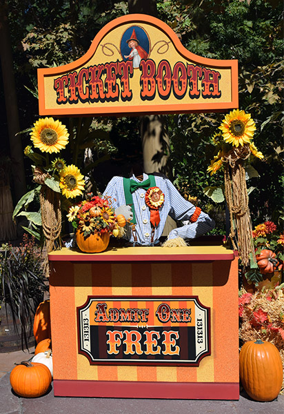 2014-0922_Headless-ticket-booth